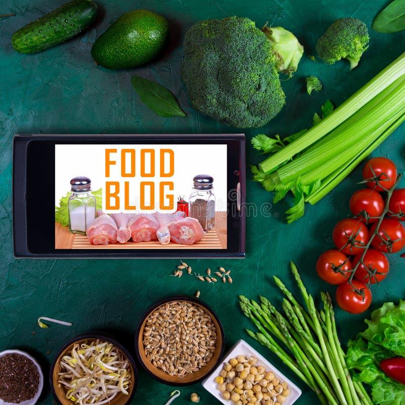 Grand ensemble de légumes, d'épices et de smartphone sur un fond noir photographie stock
