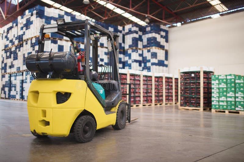 Grand entrepôt moderne avec le chariot élévateur image stock