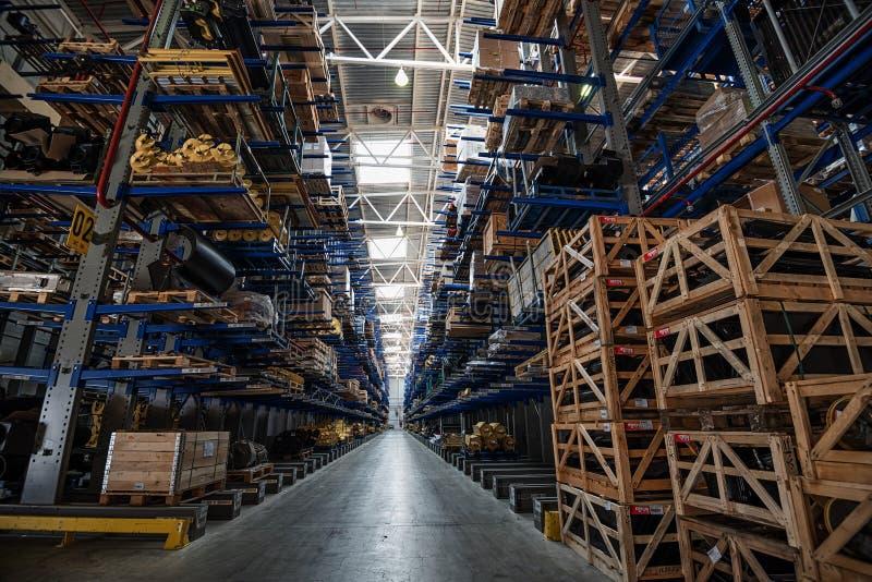 Grand entrepôt avec le stockage à gradins image libre de droits