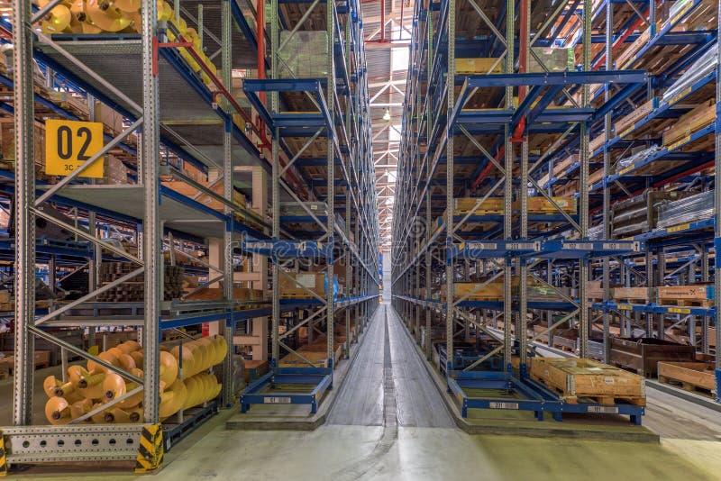 Grand entrepôt avec le stockage à gradins image stock