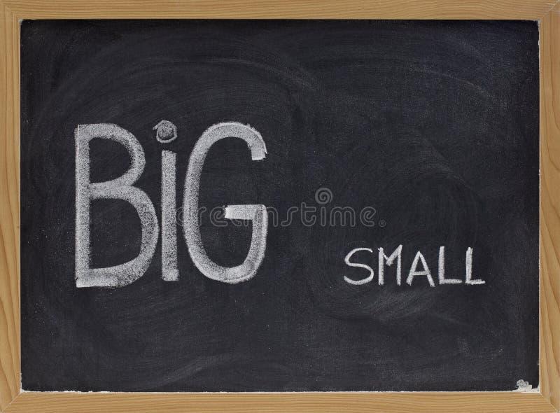 Grand et concept de petite taille vis-à-vis de ou de contraste image stock