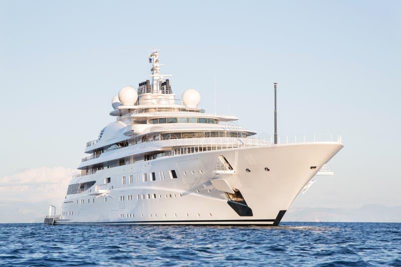 Grand et grand méga de luxe gigantesque ou yacht superbe de moteur sur l'o photos stock