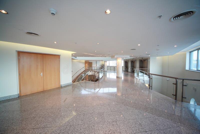 Grand et léger hall avec l'échelle et l'entrée avant photo libre de droits
