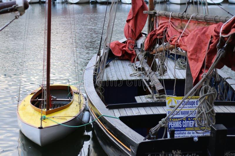 Grand et petit Deux bateaux de joint amarrés ensemble image stock