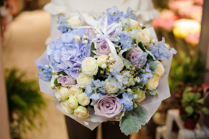 Grand et tendre bouquet de valentine chez les mains de la femme photographie stock libre de droits