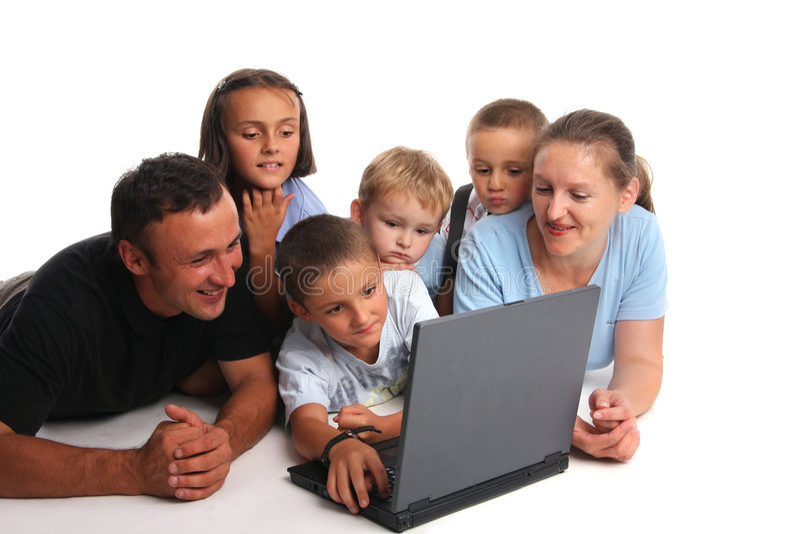 Grand famille heureux avec l'ordinateur portatif photographie stock