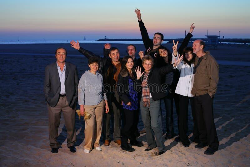 Grand famille sur la plage photo libre de droits