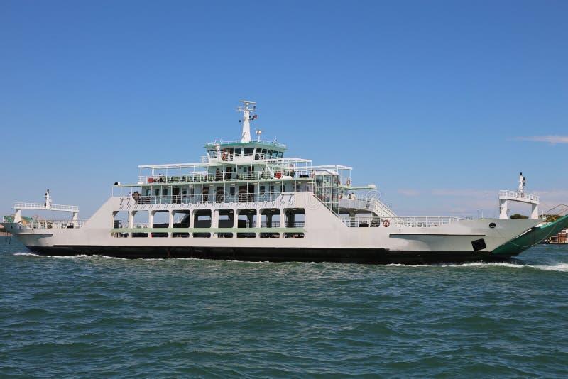 Grand ferry-boat pour le chariot des voitures image libre de droits
