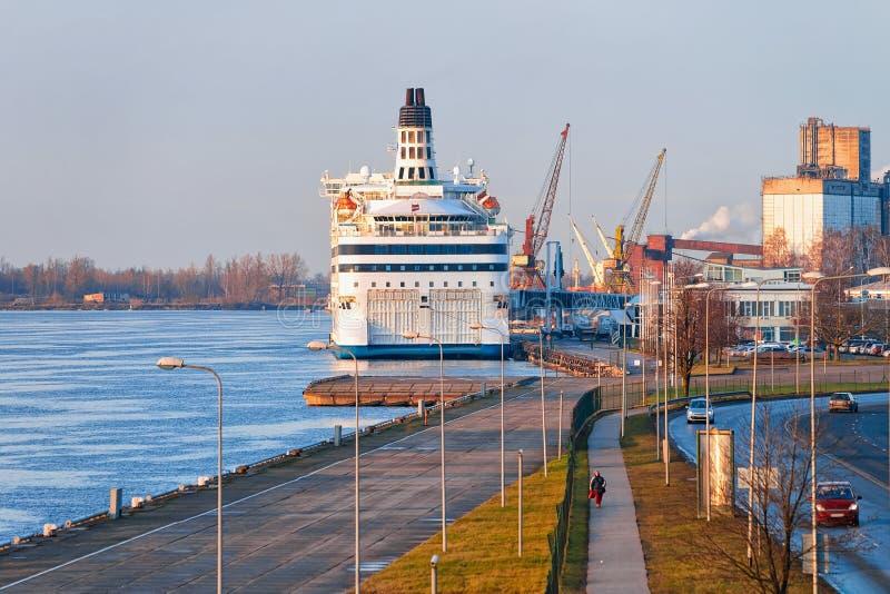 Grand ferry touristique à la rivière de dvina occidentale à Riga photo stock