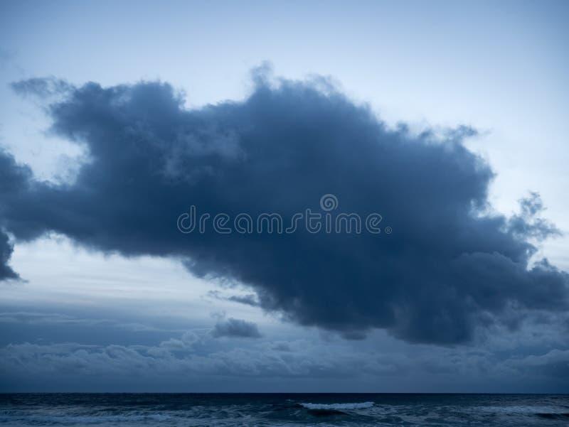 Grand, foncé, sinistre nuage de tempête au-dessus d'océan au crépuscule photos stock