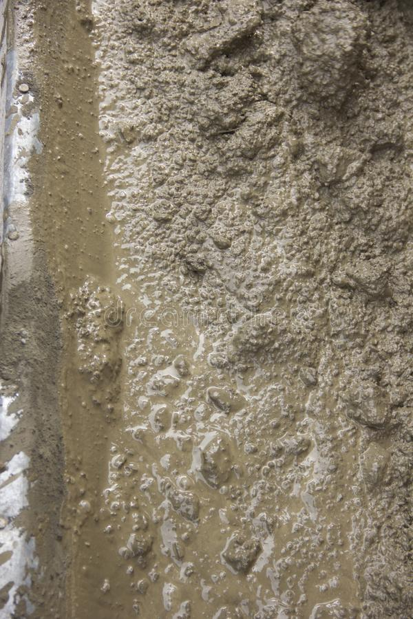 Grand fond le ciment est malaxé pour réparer des trotures photos libres de droits