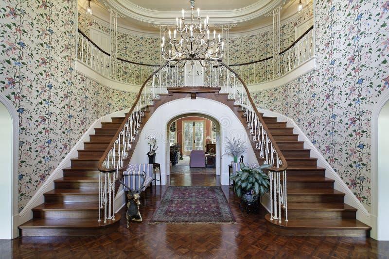 Grand foyer avec le double escalier photos libres de droits