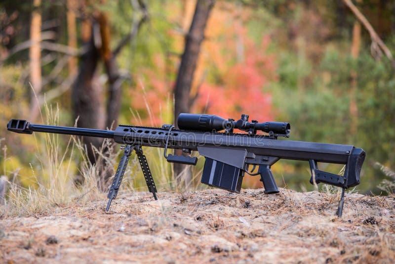 Grand fusil de tireur isolé de calibre avec la vue télescopique images stock