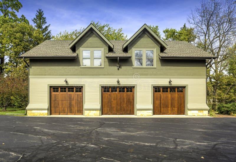 Grand garage de voiture de porte de l'Américain trois image libre de droits