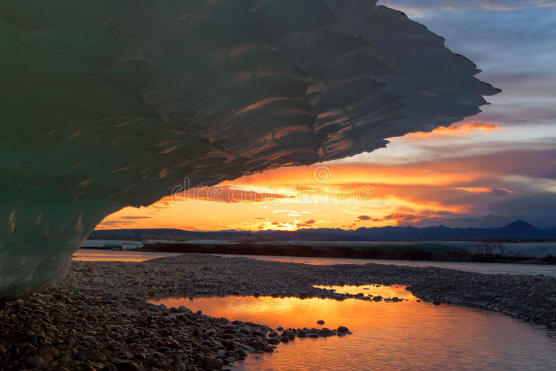 Grand glace-pare-soleil et le coucher du soleil sur l'horizon image libre de droits