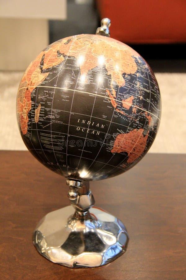Grand globe sur le fileur, ensemble sur la table en bois images stock