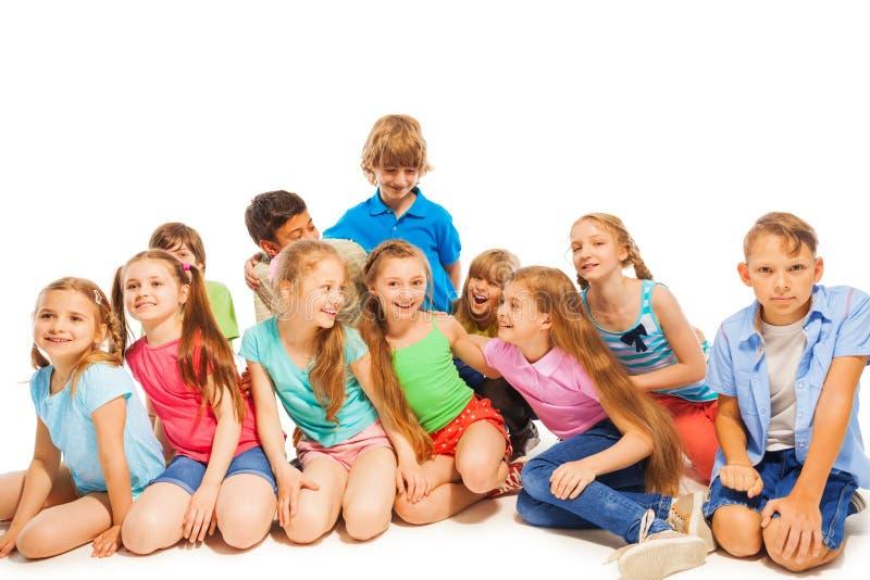Grand groupe d'enfants ayant l'amusement photos libres de droits
