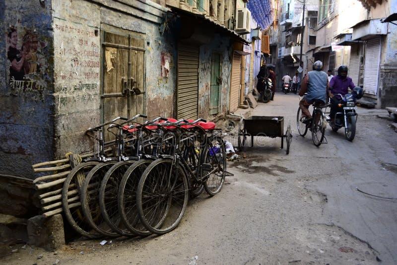 Grand groupe de bicyclettes dans une rang?e sur la rue de la ville bleue de vieille ville photos libres de droits
