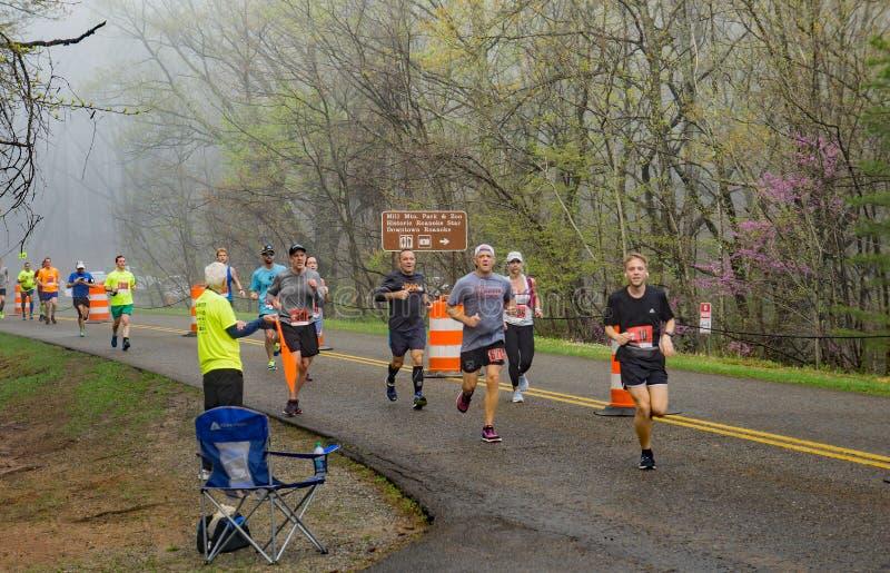 Grand groupe de coureurs dans le brouillard concurrençant dans les 2019 Ridge Marathon bleu photo stock