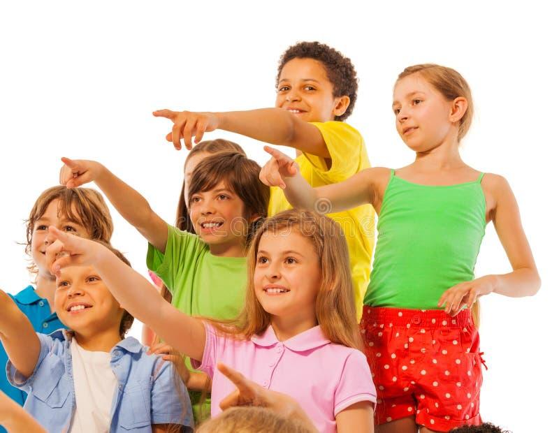 Grand groupe de garçons et de filles d'enfants dirigeant le doigt photographie stock