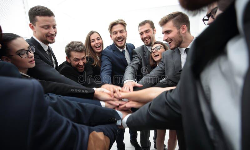 Grand groupe de gens d'affaires se tenant avec les mains pliées ensemble image libre de droits