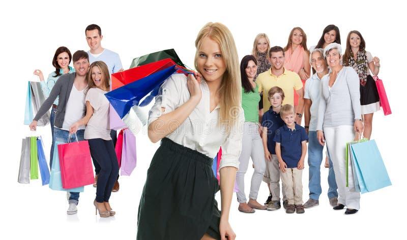 Grand groupe de personnes avec des sacs à provisions images stock