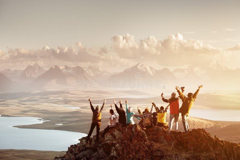 Grand groupe de personnes le dessus de montagne de succès photo libre de droits