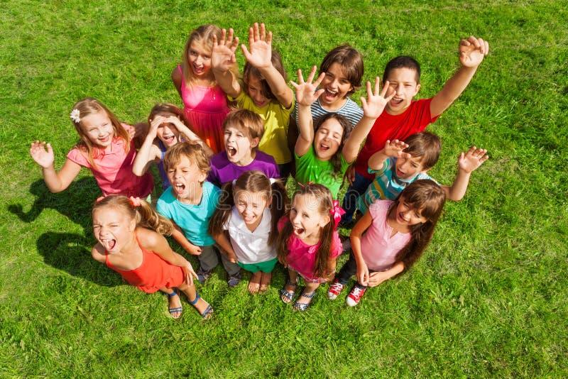 Grand groupe heureux superbe d'enfants photo libre de droits