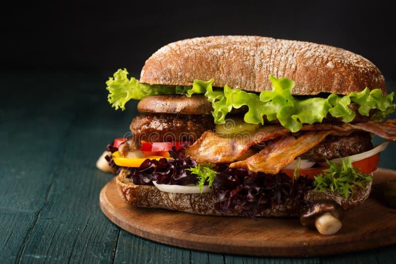 Grand hamburger avec le lard photographie stock