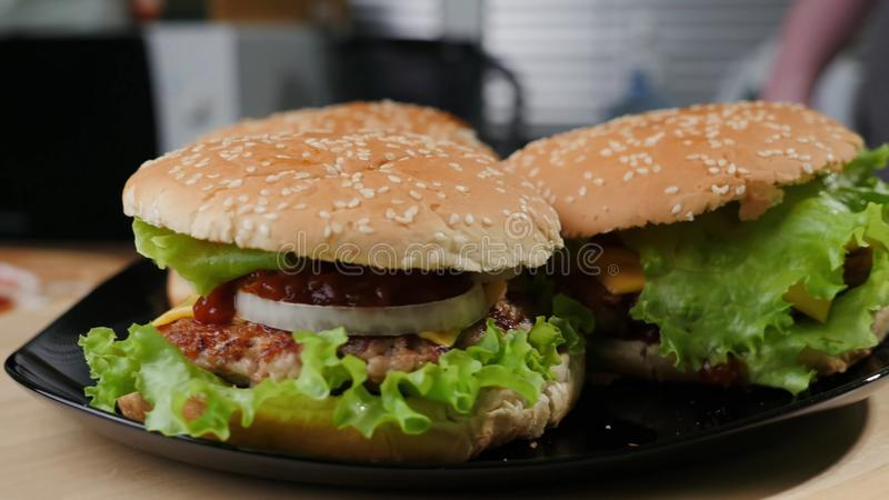 Grand hamburger fait maison photo stock