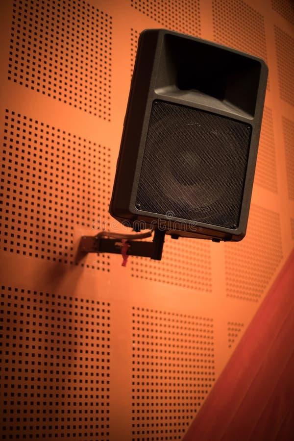 Grand haut-parleur stéréo dans une chambre image libre de droits