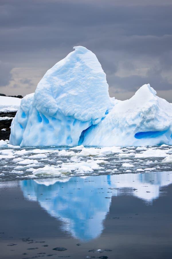Grand iceberg antarctique photos libres de droits