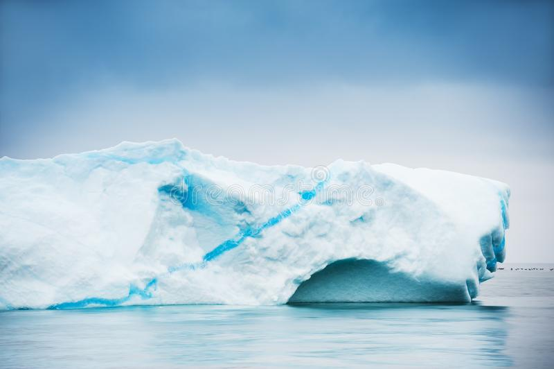 Grand iceberg dans l'Océan Atlantique au Groenland images stock