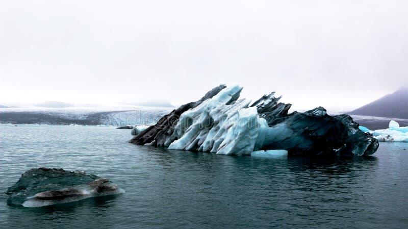 Grand iceberg dans la lagune glaciaire de Jokulsarlon, Islande image stock