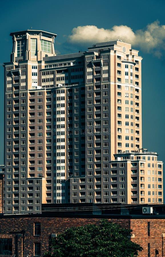 Grand immeuble, vu de la colline fédérale à Baltimore, M image stock