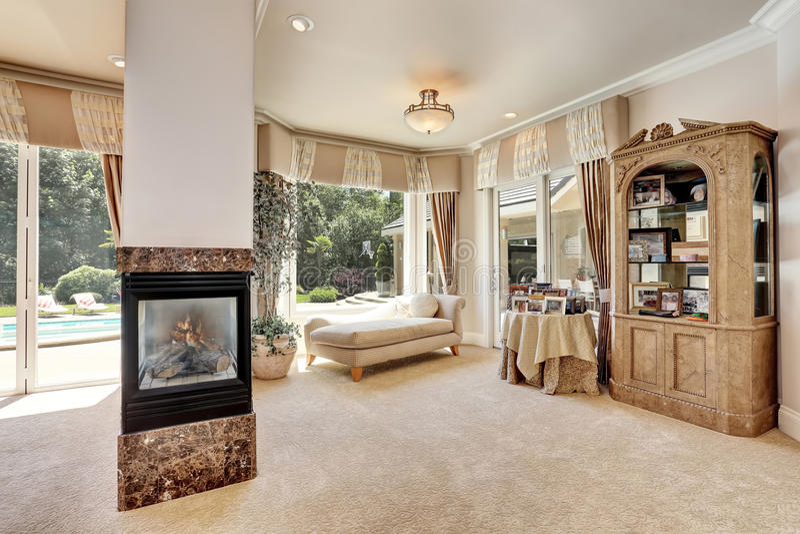 Grand intérieur de chambre à coucher principale dans la maison de luxe avec le salon image stock