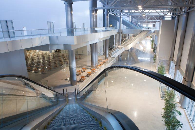 Grand intérieur moderne de construction images stock