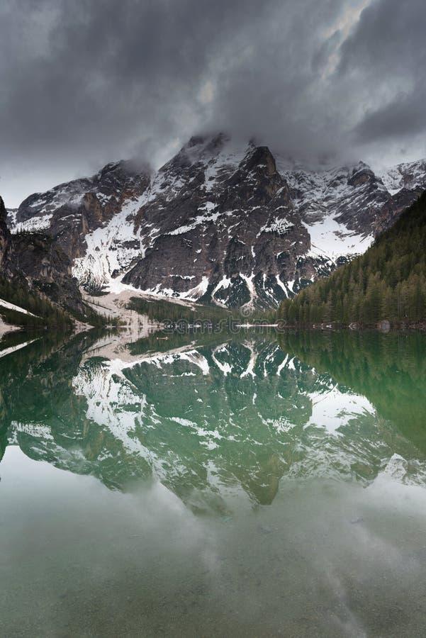 Grand lac alpin Braies Pragser Wildsee Scène magique et magnifique photos stock