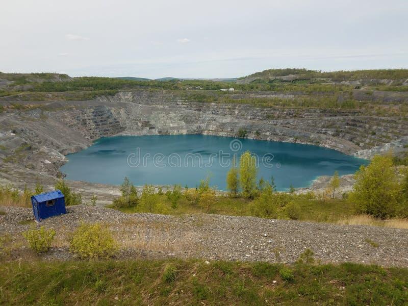 Grand lac bleu profond où l'amiante a été extrait au Canada image stock