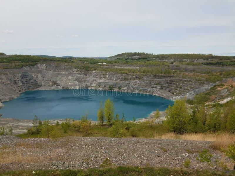 Grand lac bleu profond où l'amiante a été extrait au Canada image libre de droits