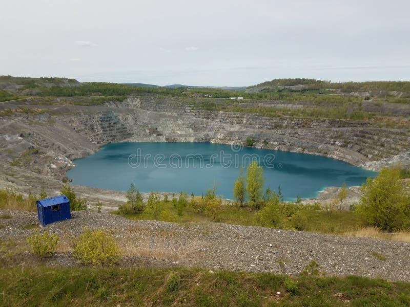 Grand lac bleu profond où l'amiante a été extrait au Canada photographie stock libre de droits
