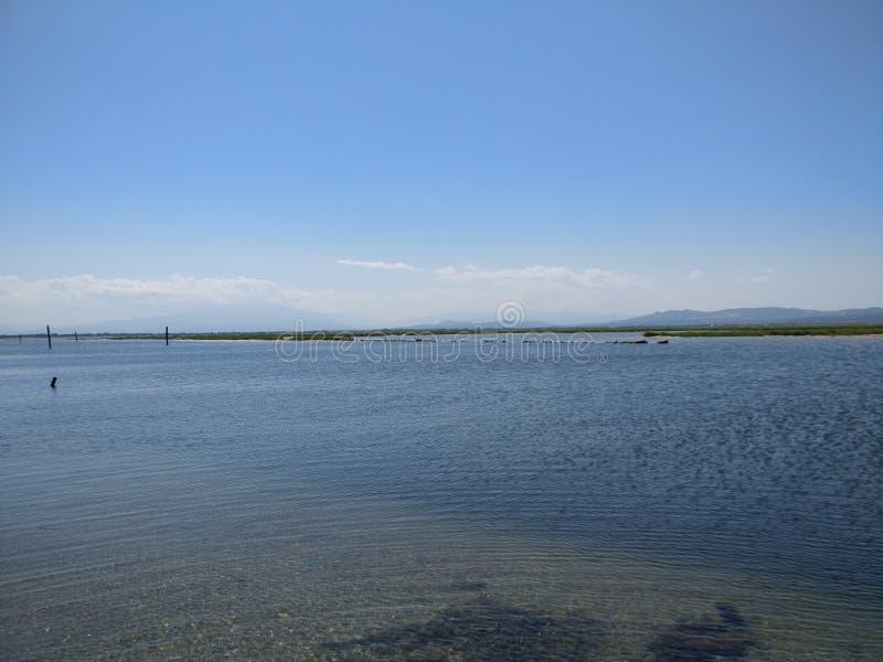 Grand lac dans les sud des Frances pendant un jour ensoleillé image libre de droits