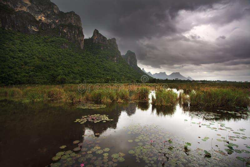 Grand lac de montagne et de lotus au stationnement national de ROI Yod de Sam image stock