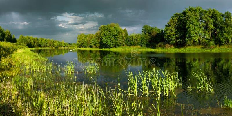 Grand lac Dubkovsky au coucher du soleil du jour photos libres de droits