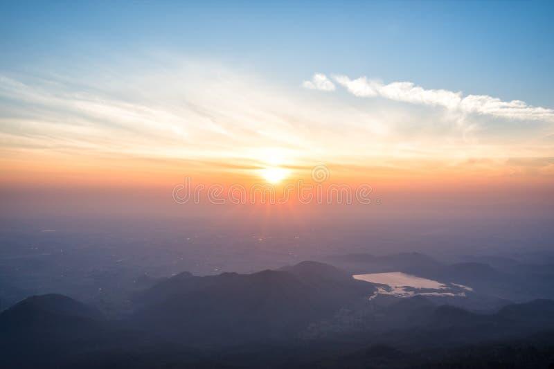 Grand lever de soleil au-dessus de la vallée de montagne et de la brume de matin images libres de droits
