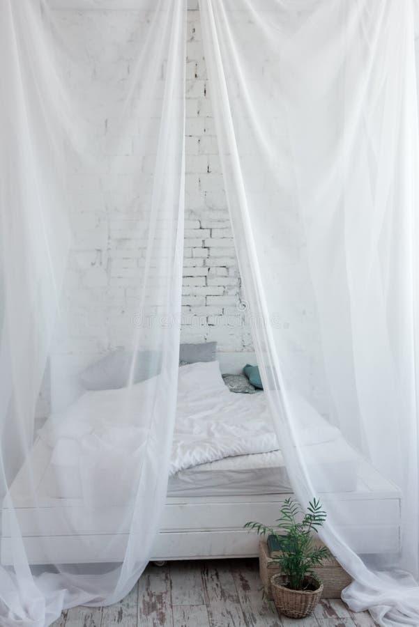 Grand lit blanc d'auvent sur le dessus photographie stock
