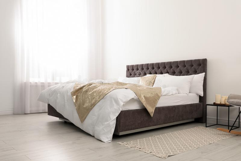 Grand lit confortable dans la chambre élégante photo libre de droits
