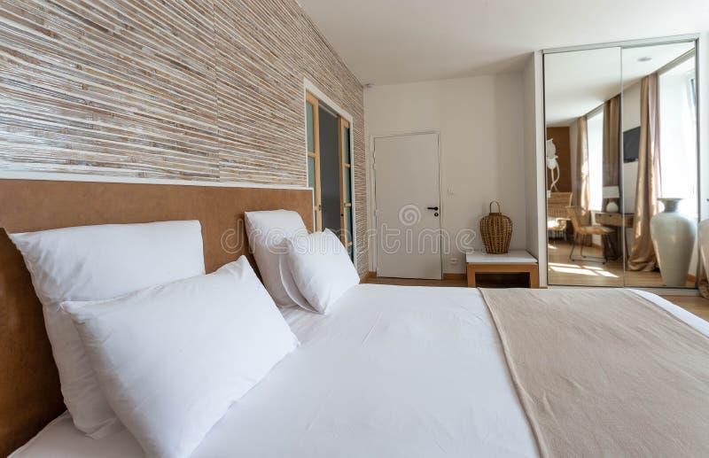 Grand lit moderne - et - pièce de petit déjeuner photographie stock libre de droits
