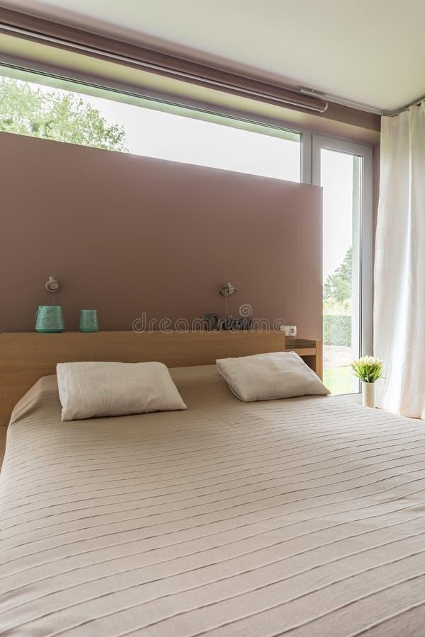 Download Grand lit pour deux image stock. Image du détendez, beige - 77154445