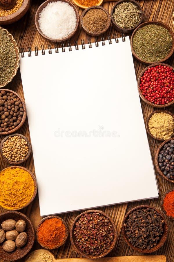 Grand livre de cuisine et vue supérieure d'épices image libre de droits